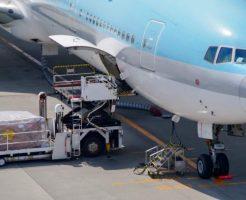 貨物機への荷物の積み入れ