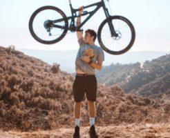 自転車を持つ男